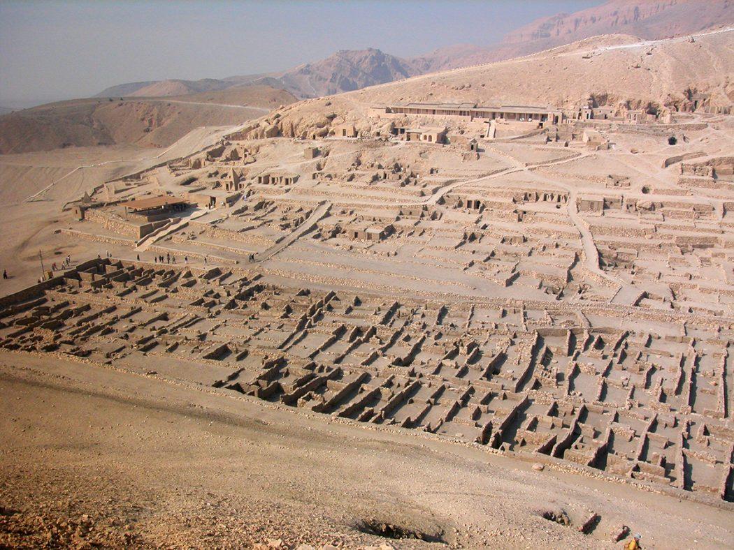 Photo of معبد دير المدينة بالأقصر .. مدينة أخرجت للعالم ثلث آثار العالم واعتقاد فرعوني قديم عجيب جدا